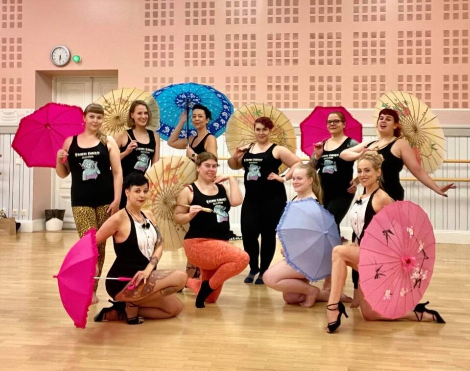 studio shangri-la burleksirekvisiitta opetus Oulun vierailulla